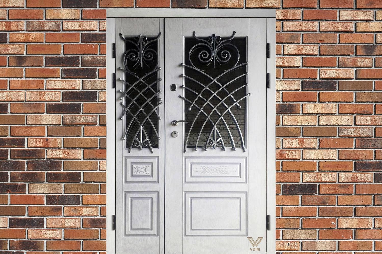 Вхідні двері з білими полімерними накладками, двополі, з ковкою і склопакетом